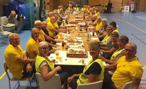 Gjennom 50 år har klubben samlet inn og fordelt over 5 millioner kroner og arrangert 50 grillfester for pensjonister. Her nyter dugnadsgjengen en veltjent matbit etter det store loppemarkedet i Lyngmyrhallen.
