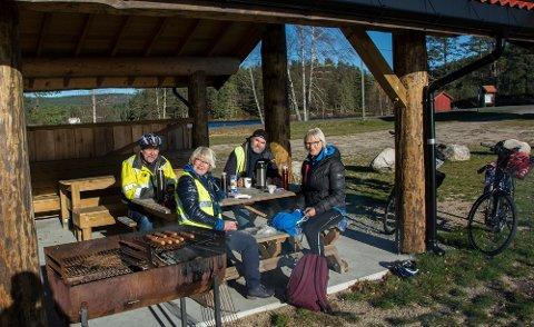 Inger Turid Salvesvold (t.h.) har syklet Fjorden rundt tidligere og vil ta turen igjen. Langøya er en kjempefin rasteplass.