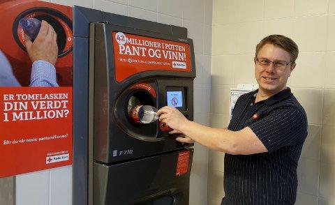 Butikksjef ved Meny Tvedestrand, Helge Blom-Ohlsen ved pantemaskinen. Butikkens kunder har bidratt med over 87.000 kroner til Røde Kors.