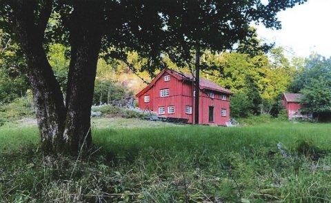 Historisk bygning: Våningshuset på Gjesøya sto for mange år siden i beredskap til å ta imot presteenker uten noe sted å bo. Leif Kahrs Jæger i Antikvarisk Eiendom har restaurert huset, og ønsker å bygge opp igjen uthuset. Privat foto