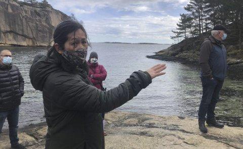 Sjønært: Her peker Mai Marcussen Yoon mot området hvor småbåtanlegget er tenkt plassert. Statsforvalteren vil imidlertid ikke godta noe småbåtanlegg her, og krever at tiltaket må ut av planen. Arkivfoto