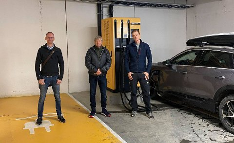 Fornøyde: Avdelingsleder i Kople, Joar Taraldsten Brunes, daglig leder i Beitostølen Invest AS, Terje Fahre, og prosjektleder i Kople, Jonas Myrvold Prestkvern, foran en av laderne.