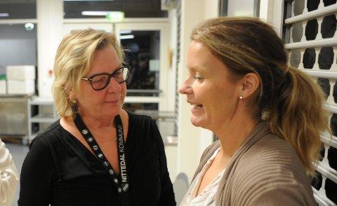 Ordfører Hilde Thorkildsen (A, t.v.) i samtale med Ida Eliseussen (Sp) under valgvaka i rådstua mandag kveld. Nå må de forhandle om hvordan Senterpartiets knallsterke valgresultat skal gi seg utslag i praktisk politikk.