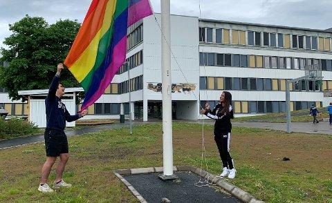 HISTORISK:Alexander Skinnarland og Michelle Sahota i elevrådet på Bjertnes heiser regnbueflagget mandag.
