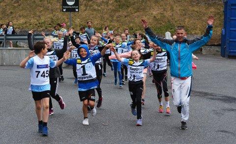Slo an. Folkeløpet ble arrangert for aller første gang i Vestby onsdag kveld. Det ble en suksess. Til høyre ser vi arrangøren, Øyvind Kvernen under oppvarmingen med barna.