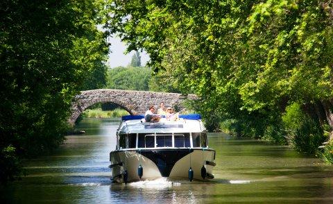 KOSELIG FARTØY: Å slappe av på båtens uteområde gir kanalbåtferie en ekstra behagelig dimensjon.