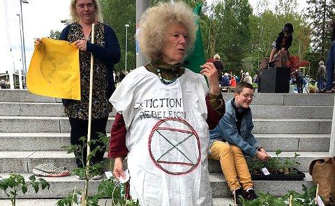 Roseanna Næshagen var i front da Nesodden Extinction aksjonerte med å gi bort ga bort tomatplanter med XRs logo på uetnfor Tangenten.