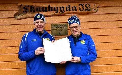 Bjørn Dahl t.v. og Knut Bjerke har skiftet på å være ledere i Skaubygda IL de siste årene. Her viser de fram den første protokollen til klubben. Foto: Trond Folckersahm