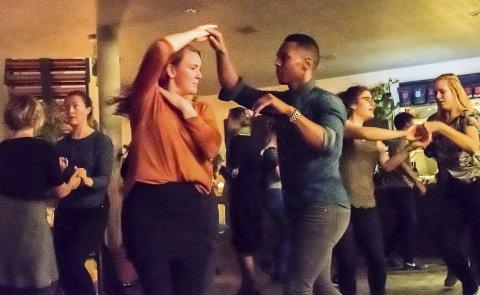 Hiver seg i dansen: Madeleine Sæther og Martin Miguel viser hvordan salsa dansen, og kursdeltakerne hiver seg med. Foto: Bonsak Hammeraas