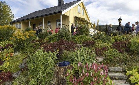 Hagevandring: Praten gikk lett mellom medlemmene i Straumsnes hagelag da de var på besøk i Torjulvågen.