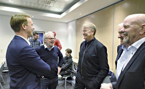 God stemning: Det var god stemningen mellom Bendik Hareide (fra venstre), Jarl Torske, Åge Hareide, Bernhard Riksfjord og Erik Hals da de møttes på kretstinget i fotball fredag kveld.