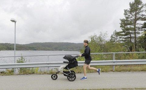 Far og sønn: Erlend tar ofte med seg minstemann i vogna på løpetur. Det skal han også under løpet «Mercy ships» i Kristiansand neste lørdag.