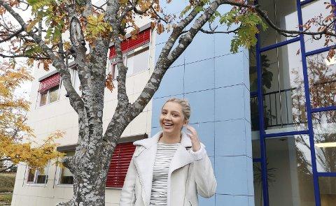 Mange jern i ilden: Pia Johansen fra Risør balanserer tida mellom skole, teater og fersk reporter i Aust Agder Blad.