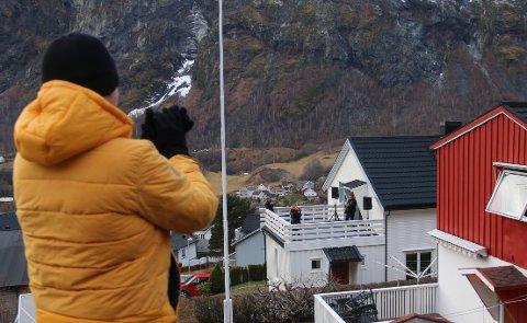 UTEKONSERT: Ketil Thorbjørnsen, også kjend under namnet Verdsmannen, heldt konsert på verandaen. Han hadde sendt ut nabovarsel i forkant, og hadde neppe forventa den responsen han enda med å få.