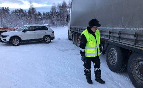 Trafikkulykke: Terje Bentsen fra Statens Vegvesen sjekker her dekkene til et vogntog, som i forrige uke var involvert i et sammenstøt med en personbil på E6 i Saltdal kommune.