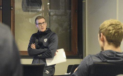 TIF Viking-trener Jon Eirik Liseth på kampmøtet dagen før dagen.