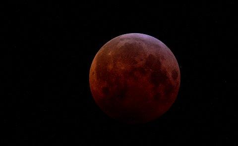 Slik så supermånen ut i natt.
