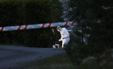 Krimtekniker i arbeid på åstedet på Kolltveit 27. juni i fjor