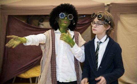 Idet rollespillet settes i gang, går de unge deltakerne umiddelbart inn i karakter. På bildet (f.v.) Maximilian Lysko Misje (11), som spiller troll, og Berge Øverland (13) i rolle som «Ørduf». FOTO: Agnieszka Iwańska