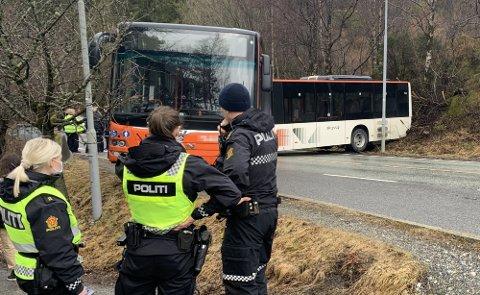 En rekke busser og biler ble stående i kø fordi leddbussen sperret veien.