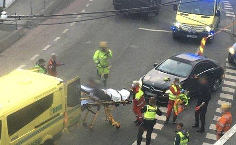 Fredag ble en mann i 30-årene fraktet til sykehus etter å ha blitt påkjørt mens han drev med trafikkdirigering.