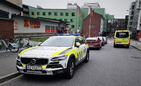 Lørdag kveld måtte politiet håndtere en mann som gikk til angrep på to tilfeldige forbipasserende i Solheimsviken.