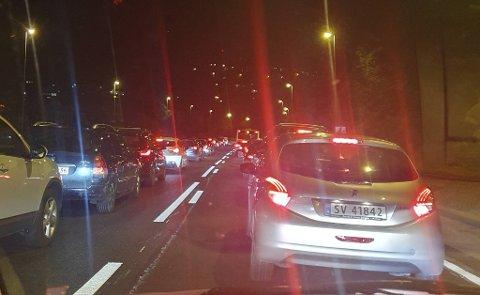 Mange biler ble stående fast på motorveien i Åsane da tunnelene ble stengt.