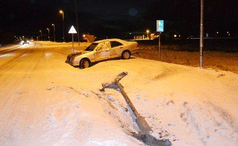 Denne bilen havnet i grøfta like ved innkjøringa til Andøya flystasjon på Andenes tirsdag morgen.