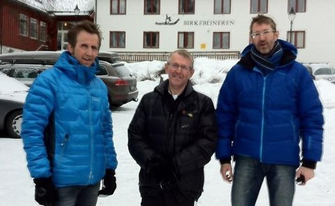 75-årige Per Ivar Hultgren (midten) fra Hadsel fullførte Birkebeinerennet for 20. gang. Her er han sammen med sønnene Geir (t.v.) og Anders Lehn Hultgren. (Foto: Privat)