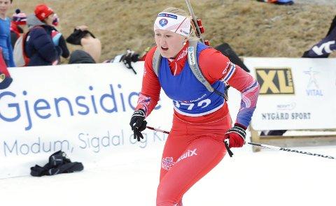I FARTA: Kristiane Holm slik vi er vant til å se henne – i full fart med gevær på ryggen. Med 50.000 i støtte fra Sparebank 1 Modum satser hun videre mot neste års junior-NM på hjemmebane, og en karriere som skiskytter.