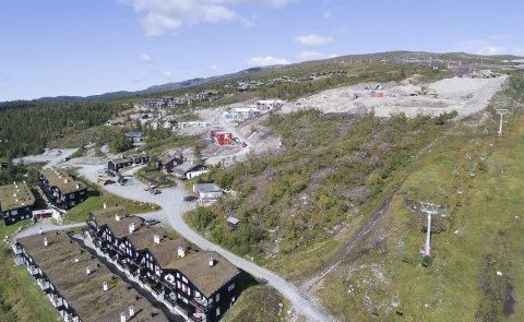 Byggingen er i gang: Arbeidet med luksusleilighetene i Øvre Norefjellstua (øverst til høyre i bildet) har startet. Fem leiligheter til rundt 18 millioner hver er solgt, og i alt har 13 leiligheter gått unna. FOTO: Eiendomsfoto AS