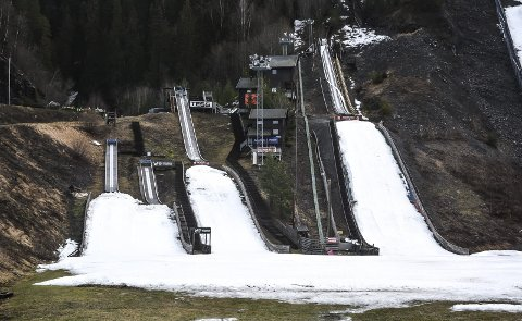 Vårlig: Hoppgruppa i Vikersund skulle arrangert hopprenn i disse småbakkene kommende lørdag, men bare tilløp og isete og grønt sletteområde, gjorde at arrangørene valgte å avlyse.                Foto: Knut Bråthen