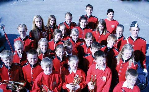 ARRANGERER FESTIVAL: Slik så Skotselv skolekorps ut for noen år siden. Nå er de bare åtte - ti medlemmer.
