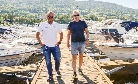 MÅ TILRETTELEGGES: Båtentusiastene Espen Tangerud (t.v.) og Herman Olslund etterlyser at legges til rette for servering, gjestebrygger og mulighet til å fylle drivstoff ved fjordkanten i Vikersund.