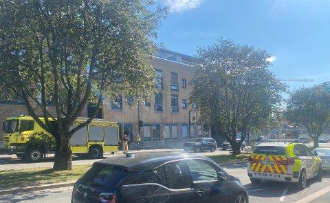 RØYKUTVIKLING: Brannvesen og politi rykket ut etter melding om røykutvikling ved Losjeplassen.