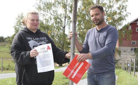 FRISKMELDT: Linda Vinjor (t.v.) og Svein Riise har tatt ned Adgang forbudt-skilter og informasjon om smittsom dyresykdom etter at gården er frigitt av Mattilsynet.