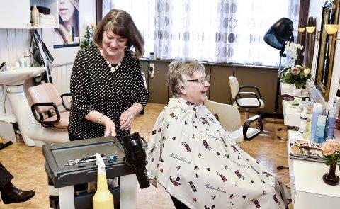 50 x 2: Anne Horgen (71) feiret 50 år som frisør onsdag. Reidun Bække Gregeresen (74) kunne feire 50 år som Annes kunde.