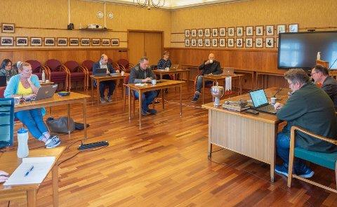 COVIDSTØTTE: Formannskapet vedtok kriterier for tildeling av nye Covid-19-midler tirsdag.  F.v Sirin Høyen (H), Kari Lene Olsen (AP), Yngve Kristiansen (SV), Tor Mikkola (SP), Heidi Holmgren (SP)  og Hugo Salamonsen. Foran: Kommunedirektør Stig Kjærvik og ordfører Jan Olsen (SV).