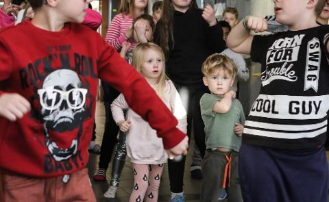 SER OPP TIL DEI STORE: På Torvmyrane omgåast elevane uansett alder. Dei små lærer dermed av dei store forbilda sine.