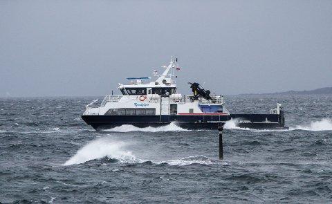 Fjord1 sin Fjordglytt passerer Havrenesbåen.