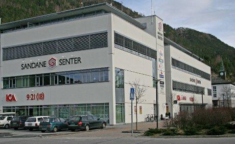 EIGARSKFITE: Codee Holding AS har kjøpt Sandane Senter på Sandane.