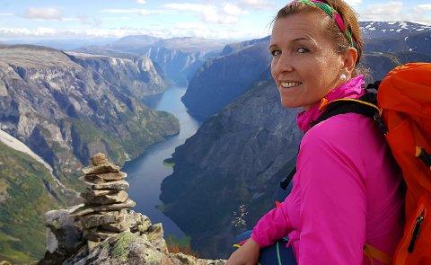 TURMÅL: Liv Janne Bell Jonstad går i snitt 150 fjellturar i året. Her er ho på Bakkanosi ved Nærøyfjorden.