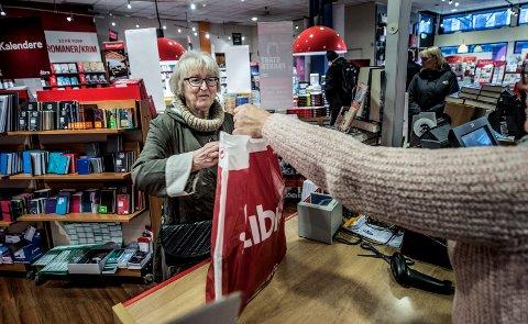 HANDLER LOKALT: Inger Marie Olsen tenker lokalt når hun skal handle bøker.