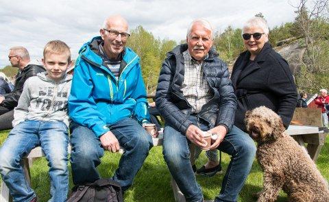 Leo Antonius Akre, Stiein Akre, Bernt Paulsen, Lise Paulsen og hunden Messi (Paulsen) storkoste seg på kystmuseet. – Været er som bestilt, konstaterte Stein.