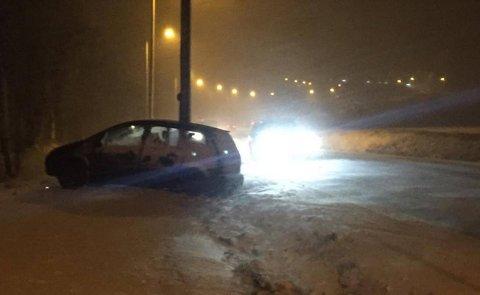 Bil kjørte av veien og traff stolpe på Aarum (Foto: Vetle Granath Magelssen)