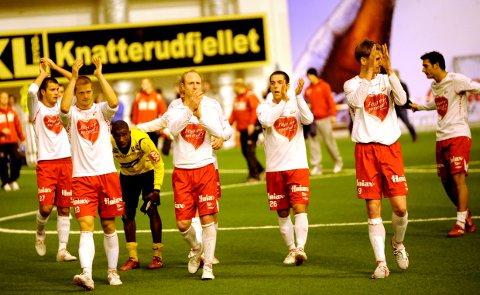 Gode minner: Østfoldhallen har vært nyttig arena for trening og kamp i mange år. Bildet er tatt etter at FFK slo Moss i treningsskamp før 2010-sesongen, med mange gode fotballnavn på laget.