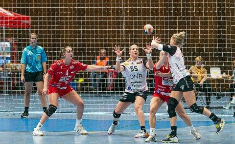 FORTSATT PÅ HØYT NIVÅ: Rutinerte Heidi Løke (36) gjorde knapt feil fra streken og scoret sju mål for Vipers. Thale Rushfeldt Deila og FBK leverte en bra kamp med mye god håndball, men tapte til slutt med sju mål mot storfavorittene.