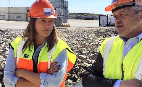 Venter på svar: Borg havns styreleder Siri Martinsen (Ap), her sammen med Bjørnar Laabak (Frp), er skuffet over at regjeringen ikke har satt av penger til oppstart av arbeidene i farleden.  (Arkivfoto: Øivind Lågbu)