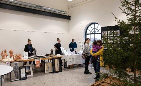 HYDROGENFABRIKKEN: Selv med et juletre som riktignok mangler en god del julepynt, skorter det verken på gjestmildhet eller gaveideer under helges julemarked i de gamle industrihallene på Øra.