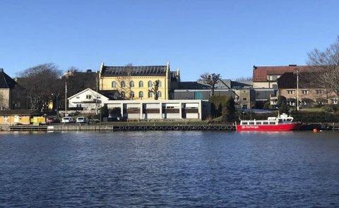 Før Øra: Bildet viser hvor havnevesenet hadde tilhold før de etablerte seg på øra, det hvite bygget til høyre i bildet.
